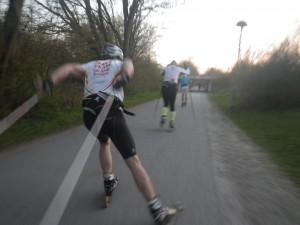 Daniel trycker på, sen Håkan och sen jag. Går nog en bit över 30 km/h    men ändå tog OSkar kort, grymt! Foto: Oskar Henriksson