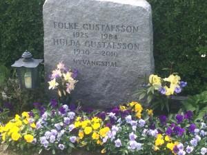 Passade på att besöka mormors och morfars grav.