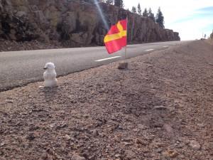 Marcus hade gjort en snögubbe vid skånska flaggan i den sista tuffa stigninen