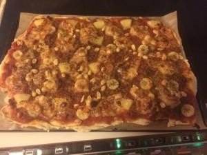 Åt en plåt pizza på söndagskväll, en dag som jag tränade 5,5 timmar. En plåt pizza motsvara ungefär 2 normala pizzor som man köper på pizzeria.