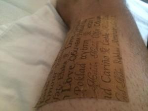 """Nej jag har inte tatuerat mig men har snart fått raka av allt hår på vänster ben för plats av """"rehab"""" tejp. Känns bra iaf!"""