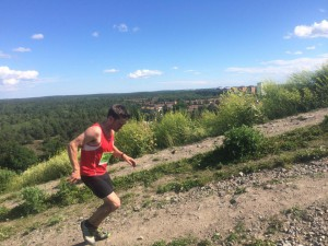 Henry kämpar sig upp för Hammarbybacken för andra gången. Att springa den backen utvilad är en sak men efter 13 mil cykling och ca: 18 km löpning är något ut över det vanliga.