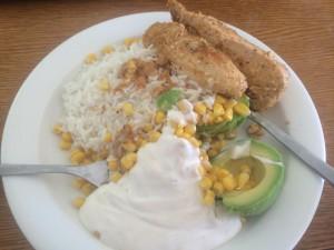 Dagens lunch bestående av avokado och majs som grönsaker, gräddfil som sås, mycket kyckling för att få protein för att bygga upp musklerna igen efter passet och lite ris.