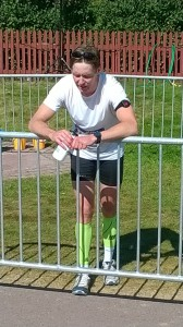 Så här trött blev min bror under halva Ultravasan, inte konstigt då han hängde på svensk landslagtjej, trots minimal löpträning