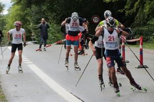 Simon med i andra klungan och tillbaka i tävlingssammanhang efter lång tids sjukdom, tävling bästa träning heter det ju. Foto: Holte Ski