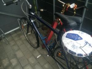 """Min """"vanliga"""" cykel, bra att ha en cykel under femsiffriga belopp iaf. Bra med pakethållare med, passar perfekt för ett paket knäckebröd."""