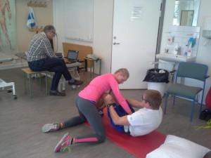 Situps övningen. Foto: Oskar Henriksson