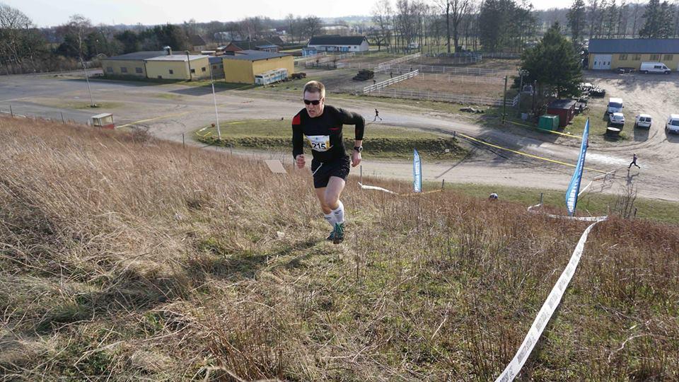 En bild från årets upplaga av Winter Cross Run på Svampabanan som jag vann och även lagtävlingen. Den gången lyckades jag komma upp i min uppmätta maxpuls på 194 i just den backen och ögonblicket som bilder skvallrar om. Noterbart är att loppet gick i början av februari och jag sprang i shorts.