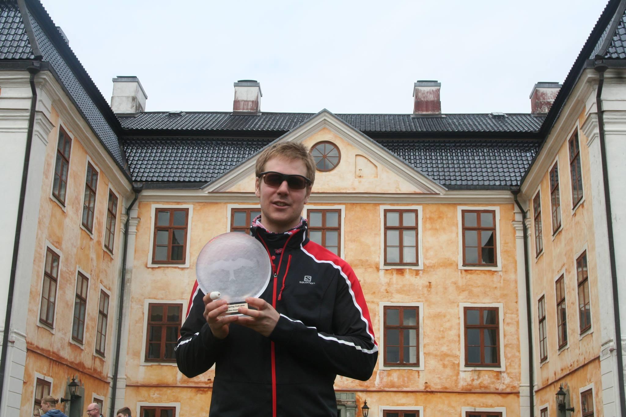 Cool med glasögon framför slottet.