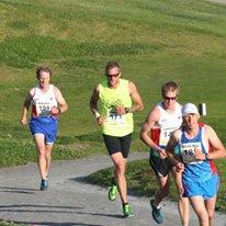 Tätkvarteten efter knappa 4 km, Ledde där gjorde den slutliga 4:an i loppet Niclas Lestander. Han har sprungit Maraton på 2:35, därför det var styft att hänga med honom på platten. Foto: Green Run