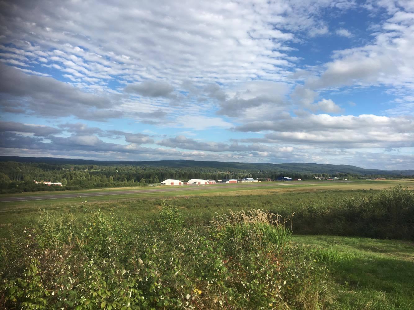 När man kommer ur skogen så kommer man ut till Torsbys flygplats om man springer Hårda milen.