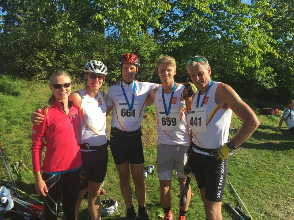 Fem av oss Ski Team Skåne som deltog på dagens tävling. Från vänster, Freya, jag, Tom, Viktor och Bengt. Jag skälv var glad utåt men ledsen inombords. Foto: Håkan Huselius