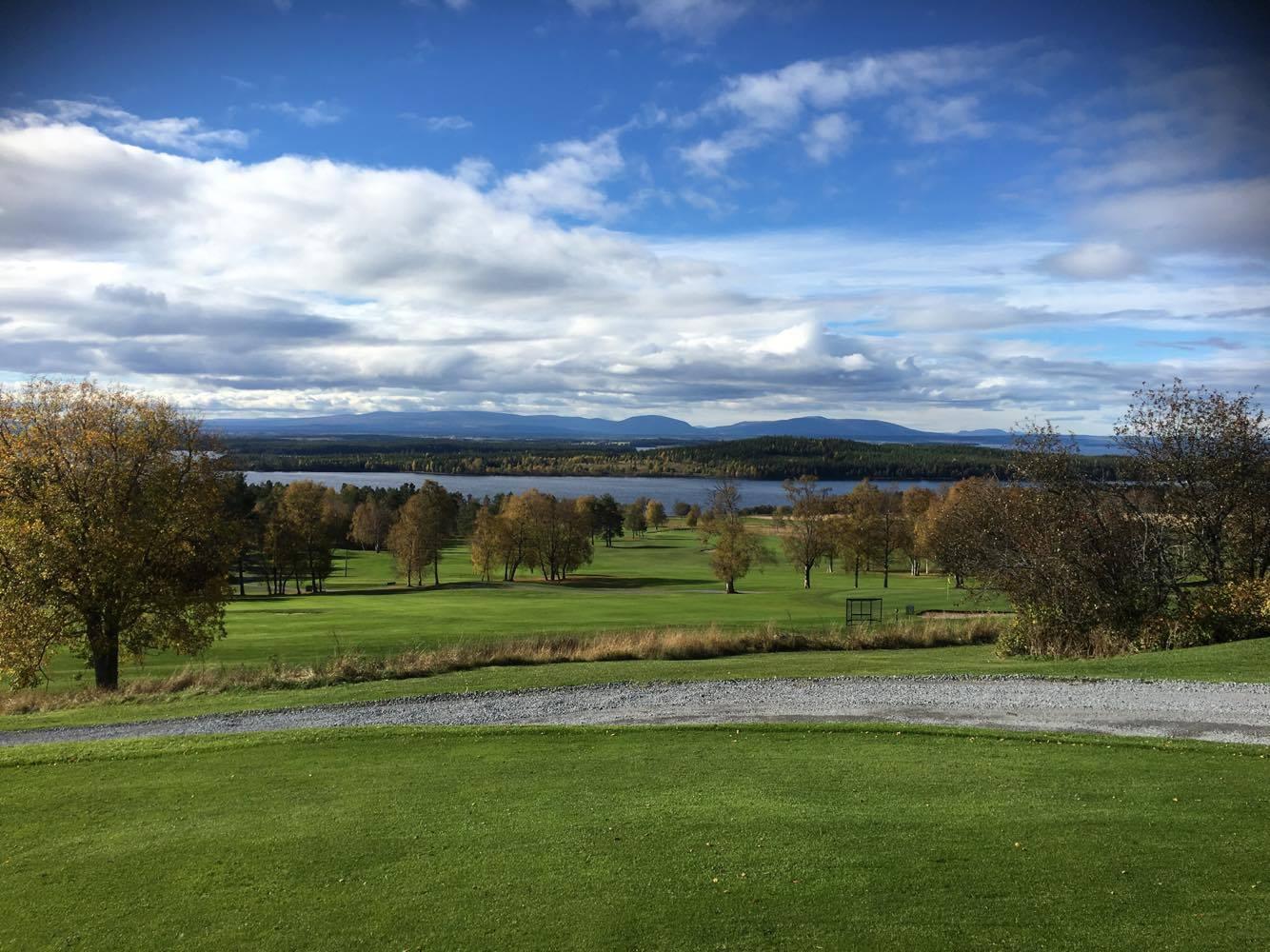 Man ser bl.a. till Bydalsfjällen (1400 m.ö.h)från golfbanan.