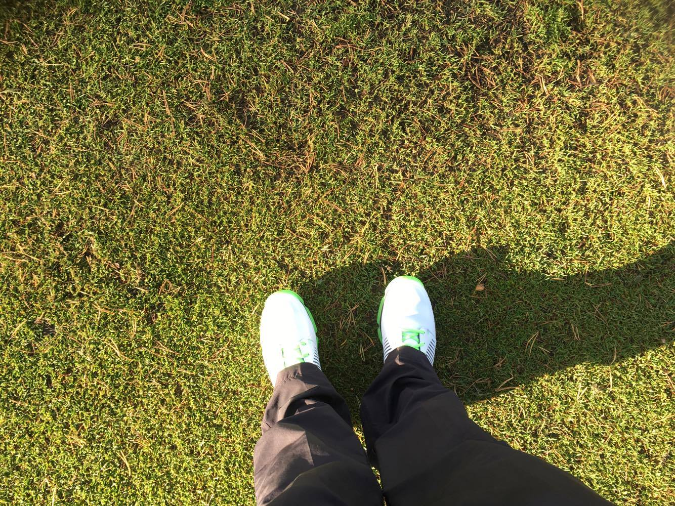Premiär även för mina nya golfskor, matchade även dagens outfit. Mina gamla golfskor har jag tydligen blivit av med, lätt att bli så när man spela så sällan som jag.......