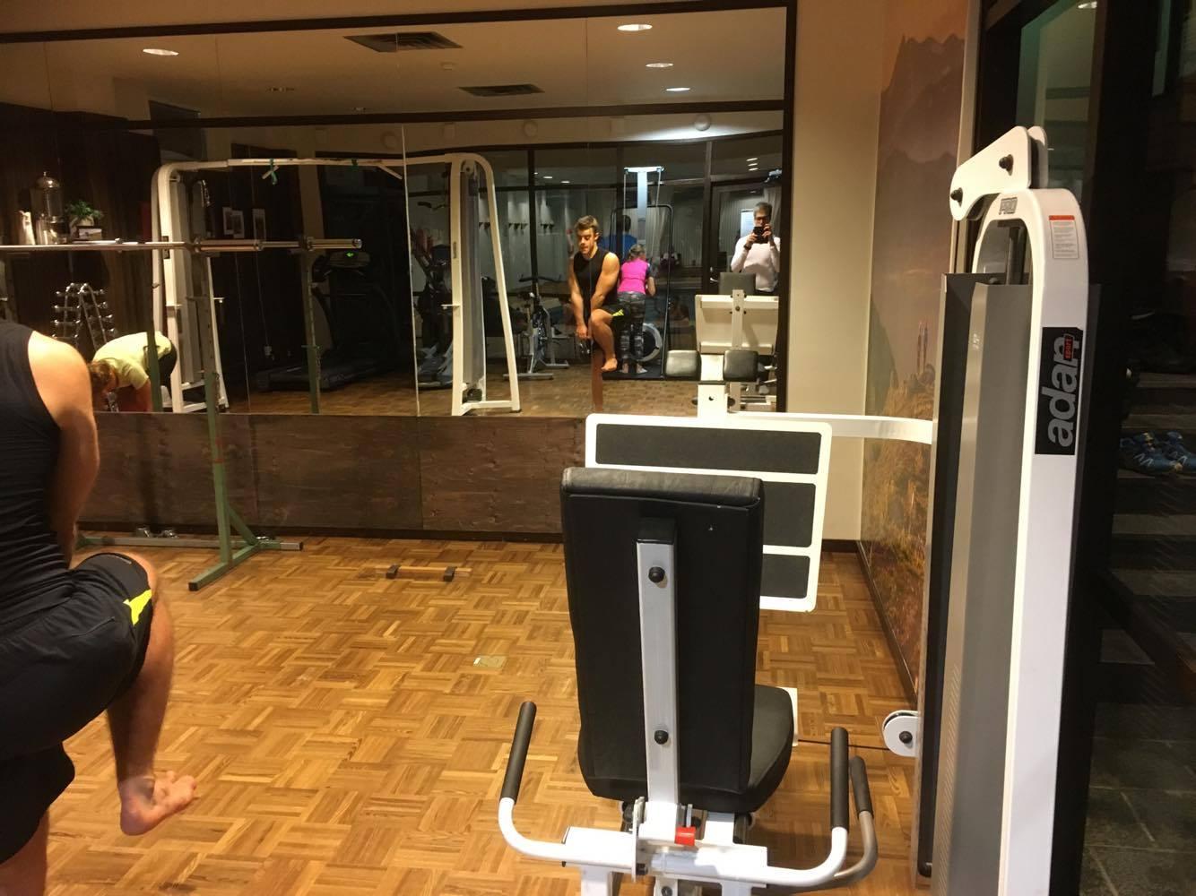 Ett litet gym i Ramundberget, bilden visar ungefär hälften av gymmet och ett tag var det åtta personer i det lilla utrymmet.